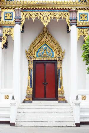 tallado en madera: talla de madera de puerta en Tailandia