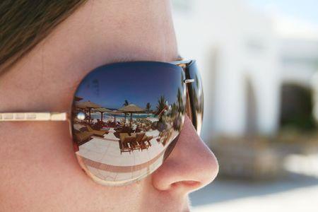 Color reflection in sunglasses