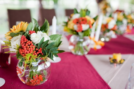 wedding guest: Wedding flowers - tables set for wedding Stock Photo