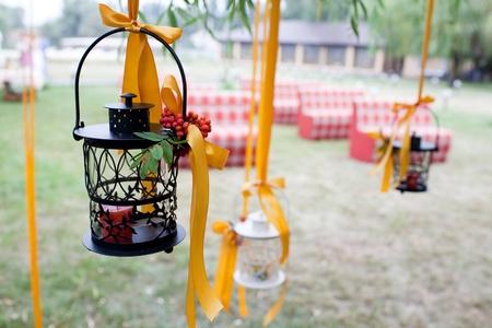 장식 웨딩 트리와 촛불