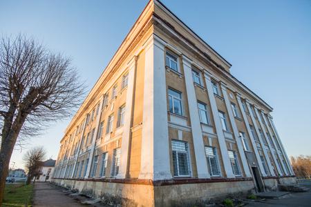 schulgeb�ude: Schulhaus in der Kleinstadt