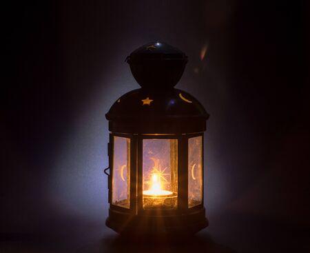 老式蜡烛持有人。灼烧的蜡烛关闭。