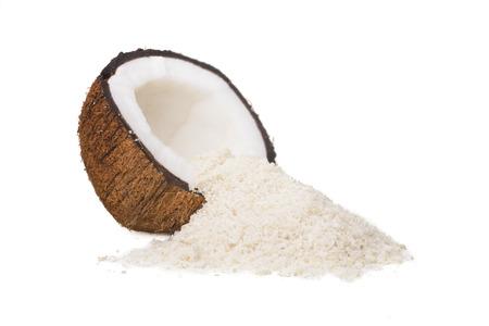 frutas secas: Un coco Mitad y una pila de coco rallado aislado en un fondo blanco.