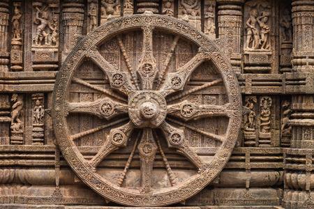馬車の車輪はコナーラク、インドで太陽の神殿の壁に刻まれました。