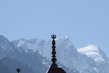 A trident on the top of a temple to Shiva with the Himalayas in the background at Gangotri, North India. Archivio Fotografico