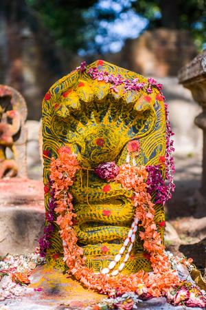 Een stenen beeldhouwwerk van een naga (slang god) in het zuiden van India. Stockfoto