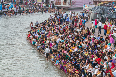 HARIDWAR, INDIA - MAY 12 - Hindu Pilgrims gather on the banks of the holy river in prepartion for Ganga Artik on May 12th 2013 at Haridwar, India. 新聞圖片