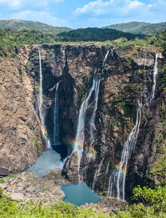 hacer footing: Trotar o Joga cae en la India. Una maravilla de la naturaleza caída de más de 800 pies en el depósito de abajo. Es la cascada quinto más alto de toda Asia.