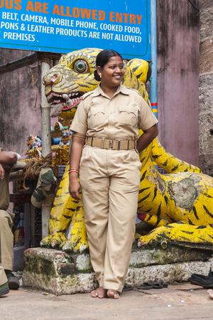 mujer policia: Puri, India, octubre 9th 2010 - Una mujer policía india está fuera del templo de Jagannath en Puri.