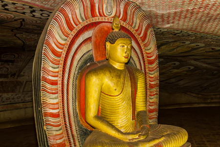 pintura rupestre: Estatua de Buda en el antiguo Templo de Dambulla en Sri Lanka.
