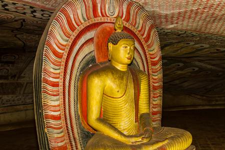 peinture rupestre: Statue de Bouddha dans l'ancien temple de la grotte de Dambulla au Sri Lanka. Banque d'images