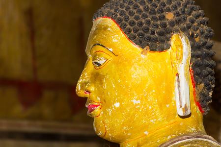 pintura rupestre: Un primer en la cara de una estatua de Buda en el antiguo Templo de Dambulla en Sri Lanka.