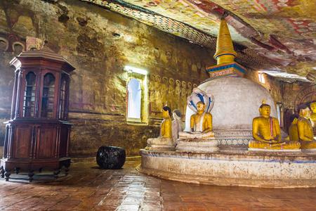pintura rupestre: El interior del antiguo templo budista de la cueva en Dambulla, Sri Lanka.