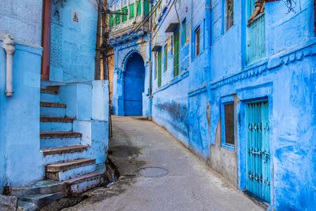 The bright blue streets of the Blue City of Jodhpur, India. Standard-Bild