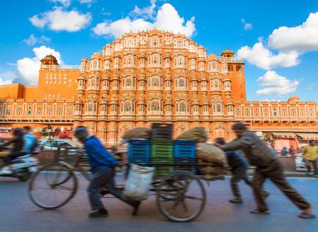 Hawa Mahal - 전경에서 바쁜 거리와 바람의 궁전 - 자이푸르, 인도.