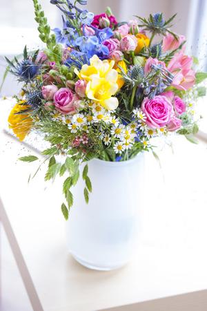 fiori di campo: Bouquet con fiori in vaso bianco Archivio Fotografico