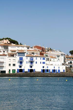 t�pico pueblo mediterr�neo, casas blancas en la costa  Foto de archivo - 3247208