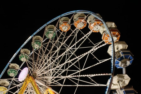 Colorful ferris wheel at night Imagens