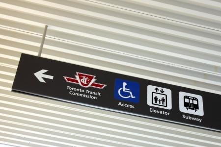 토론토, 캐나다 -5 월 25 일 : TTC 지하철 서명 토론토, 온타리오, 캐나다 시내에서 2013 년 5 월 25 일에. TTC 지하철 역을 보여주는 방향 기호. 스톡 콘텐츠 - 20658714