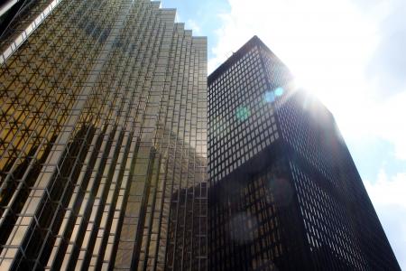 low angle views: Edificios de oficinas en el centro de Toronto contra el cielo azul con nubes y sol