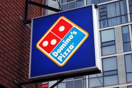 Dominos Pizza restaurant sign 에디토리얼