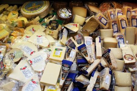 Variedad de quesos en una tienda de quesos