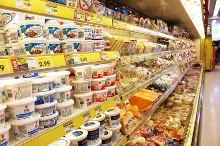 Las diferentes marcas de queso en estantes en una tienda de comestibles