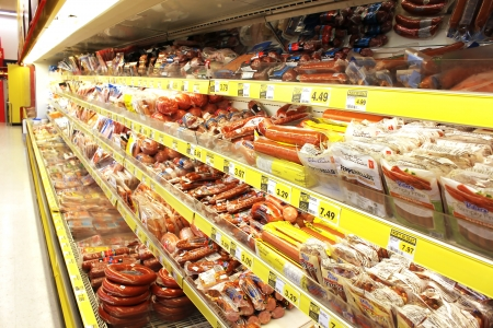 aves de corral: Productos c�rnicos elaborados, en una tienda de comestibles Editorial