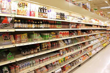 アジアの食料品店の棚の製品の様々 な