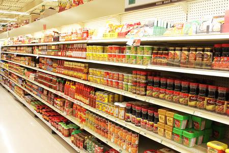 様々 なアジアのスーパー マーケットの棚に製品
