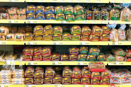 식료품 가게에서 선반에 빵의 다양한 스톡 콘텐츠 - 30374113