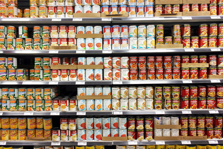 Canned food products in a supermarket 에디토리얼
