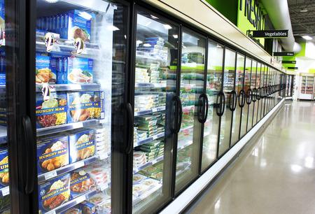 슈퍼마켓에서 냉동 식품 통로 스톡 콘텐츠 - 32899767