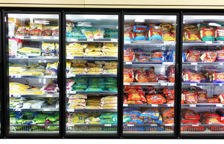 refrigerador: Los alimentos congelados en estantes en un supermercado