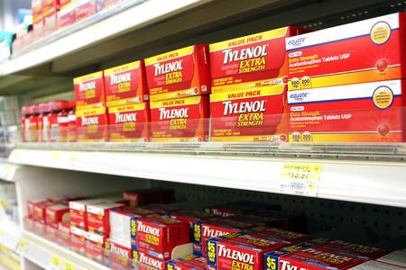 farmacia: Cajas de dolor Tylenol relevista en estantes en una farmacia