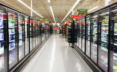 tiendas de comida: Alimentos congelados pasillo en un supermercado Editorial