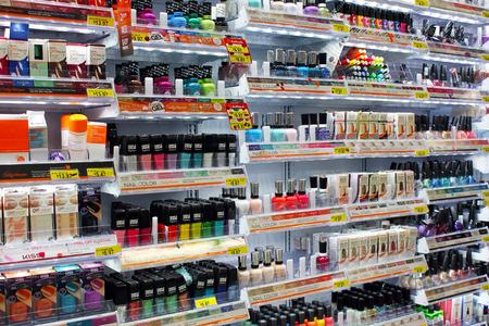 Vielzahl von kosmetischen Produkten und Nagel Farben auf dem Display in einem Geschäft Standard-Bild - 33841134