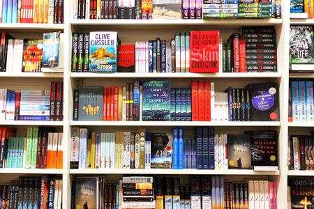 本屋の棚の本