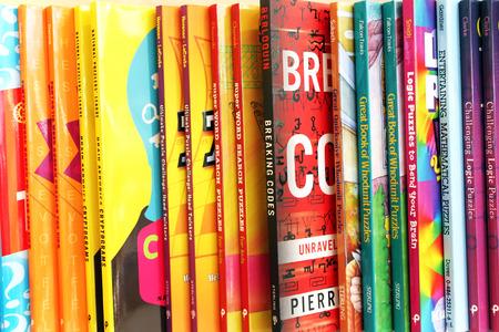 Cerca de una variedad de libros para niños en la exhibición en una tienda de libros Foto de archivo - 34705989