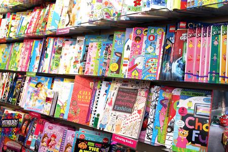 Drenaje de los niños y libros para colorear en estantes en una tienda de libros Foto de archivo - 34705992
