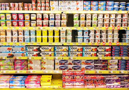 yaourt: Sélection yogourt sur des étagères dans un supermarché Éditoriale