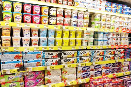 슈퍼마켓의 선반에 요구르트 선택 스톡 콘텐츠 - 38140410