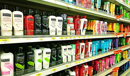 Botellas de champú y cosméticos productos en los estantes de un supermercado Foto de archivo - 43722918