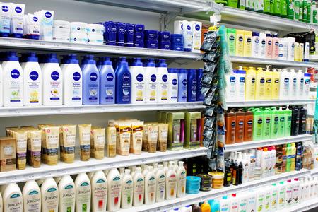 estanterias: Cuidado de la piel y productos cosméticos en la exhibición en una tienda por departamentos