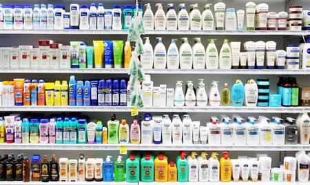 champu: Cuidado de la piel y productos cosméticos en la exhibición en una tienda de cosmética