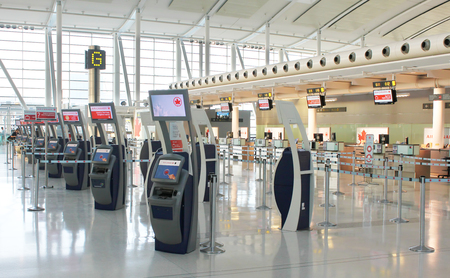 Check-in terminals at Pearson International Airport in Toronto, Ontario, Canada 에디토리얼