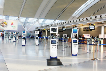 Self-service check-in kiosks and check-in counters at Pearson International Airport in Toronto, Ontario, Canada 에디토리얼