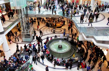 クリスマス ショッピングのトロント ・ イートン ・ センターで一日を忙しく