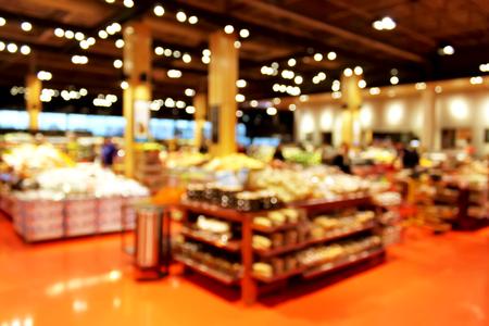 pracoviště: Obchod s potravinami rozostření bokeh pozadí - nakupující v obchodě s rozostření světel Reklamní fotografie
