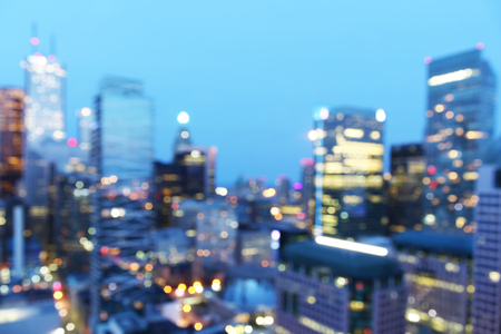 Abstracte stad onscherpe achtergrond met bokeh lichten in de schemering